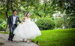 为你分享可以让画面聚焦在一个点上,可以是婚纱礼服,可以是新娘手上的捧花,也可以是手上的戒指