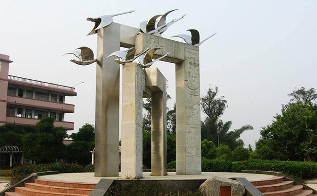 学校门口雕塑
