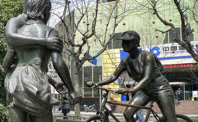 缎铜人物雕塑