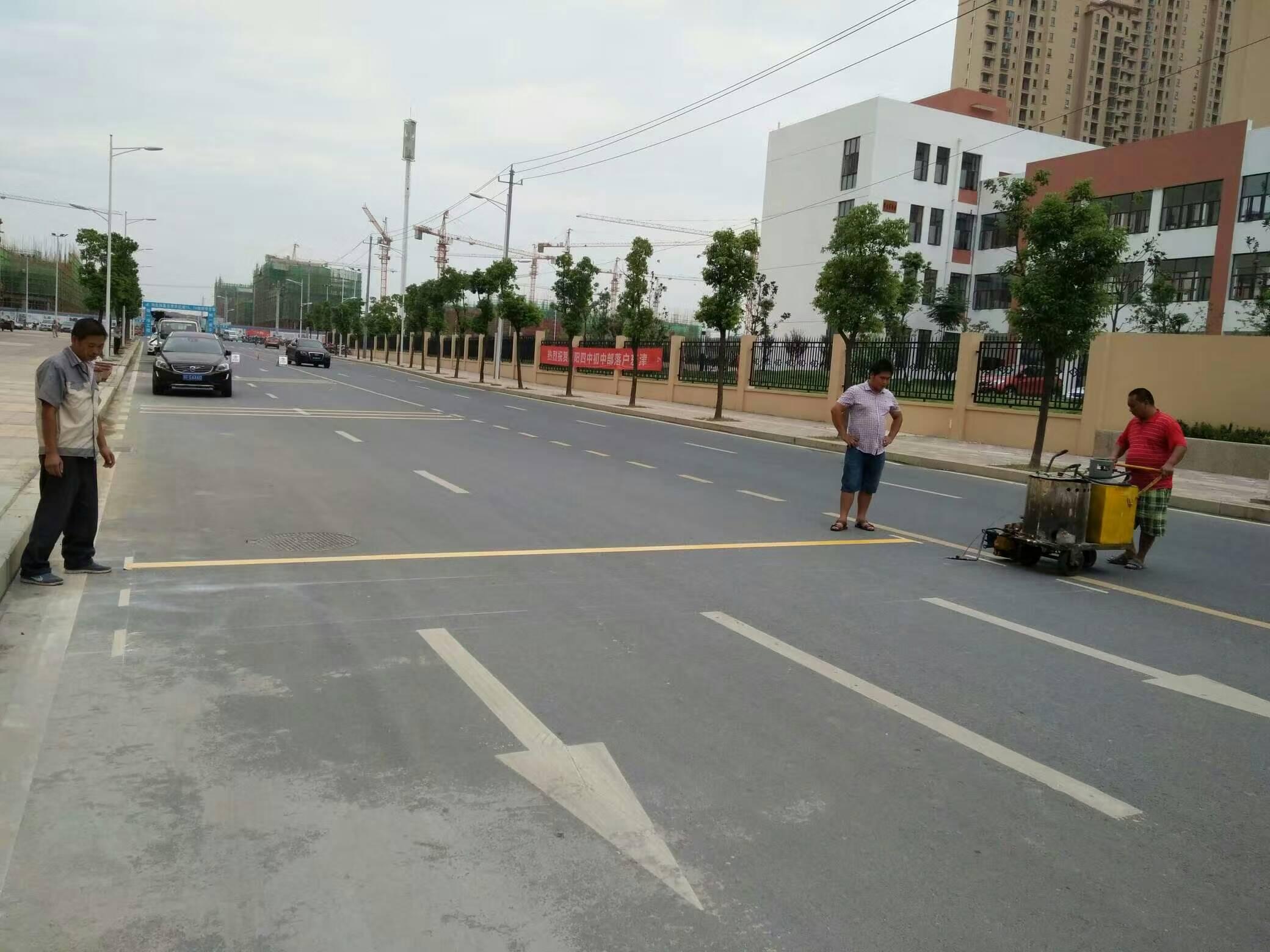 东津世纪城道路交通标线施工中