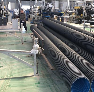 竞博电竞全称高密度聚乙烯(HDPE)竞博电竞,是一种具有环状结构外壁和平滑内壁的新型管材,80年代初在德国首先研制成功。经过十多年的发展和完善,已经由单一的品种发展到完整的产品系列。 目前在生产工艺和使用技术上已经十分成熟。由于其优异的性能和相对经济的造价,在欧美等发达国家已经得到了极大的推广和应用。在我国,HDPE竞博电竞的推广和应用正处在上升势态阶段,各项技术指标均达到使用标准。竞博电竞内壁颜色通常有蓝色和黑色,部分品牌内壁会使用黄色。