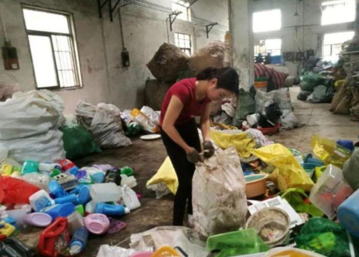 美女废品回收场景