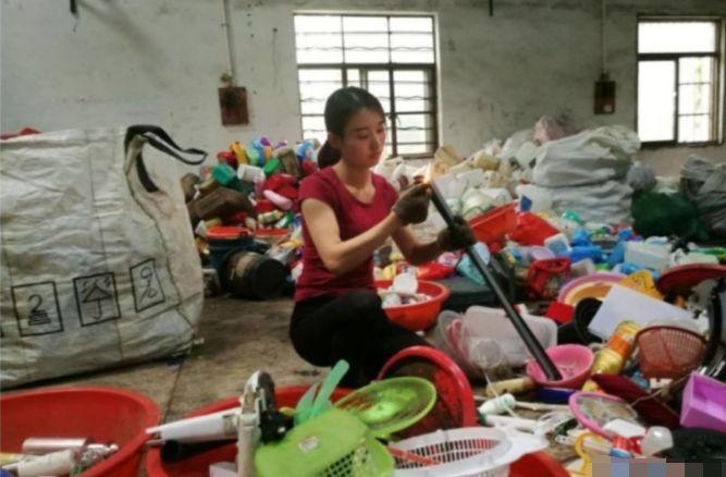 美女正在做废品回收