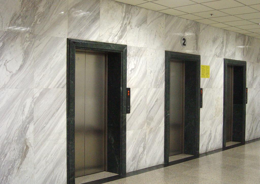 在安裝家用別墅電梯時為何要選擇無底坑電梯?