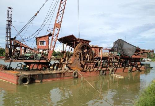 河道挖沙船