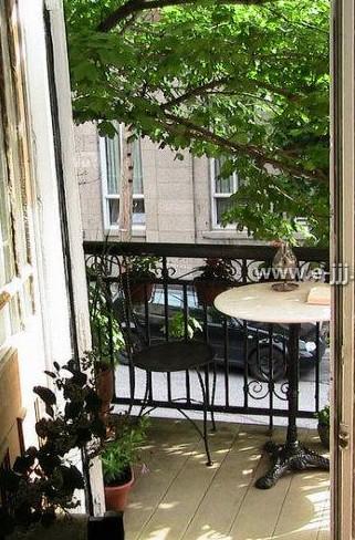 欧式风格阳台护栏配合铁艺桌椅,忙碌生活中难得的小憩