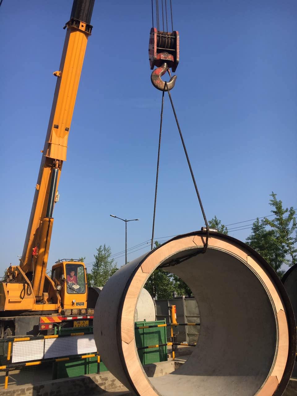西安吊装地铁四号线外接电源地下管廊工程下2400水泥管