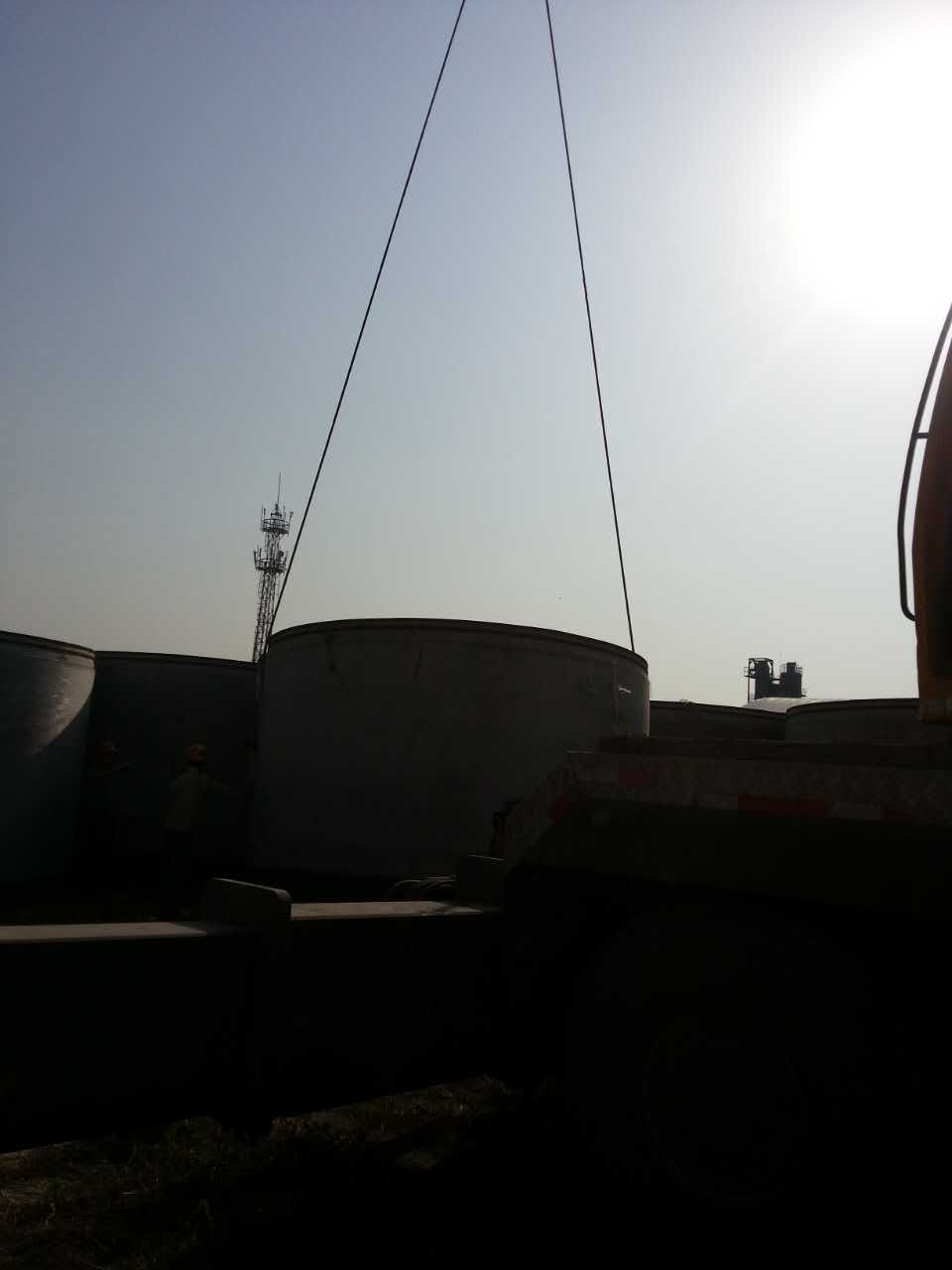 西安吊车租赁永安吊装进行4米直径水泥管下井吊装