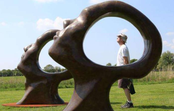不锈钢雕塑和玻璃钢雕塑的不同维护保养要点