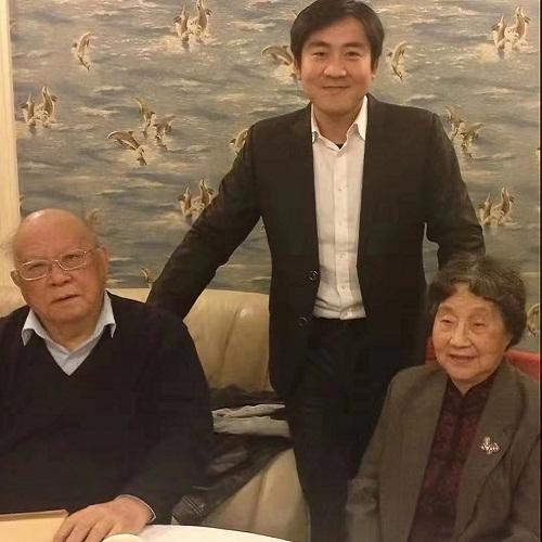 与法学教授江平以及最高人民法院民事审判庭庭长梁书文教授讨论案件合影