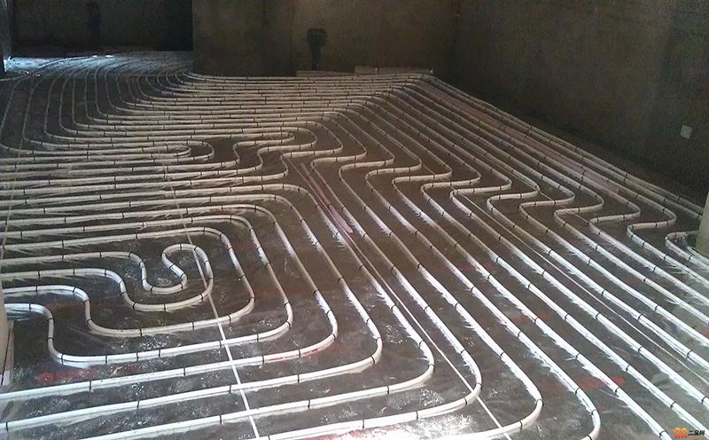 眉山旭光小区业主在冬季来临之前安装暖气片进行旧房改造