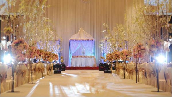 太原最好的婚庆公司-幸福盛典   婚宴酒店、婚礼场地是新人招待亲友,向他们宣誓自已经找到了生命中的另一半的神圣场地。谁不想自己的宾客都是满意而归呢?婚礼场地的现实条件可谓千奇百怪,但又没一个是十全十美,所以在面对不同场地难题时,应该如何应对呢?太原婚礼现场布置,幸福盛典贯通婚礼主题要素的时尚绝学直击这些场地装饰的疑难杂症,让你的婚礼更出彩。   :太原婚礼现场布置-场地选择   婚礼场地是整个婚礼的舞台,涉及背景布置、物品安置、灯光音效、酒宴服务等诸多事宜,也是最容易出问题的一个地方。多数时候,新人们只