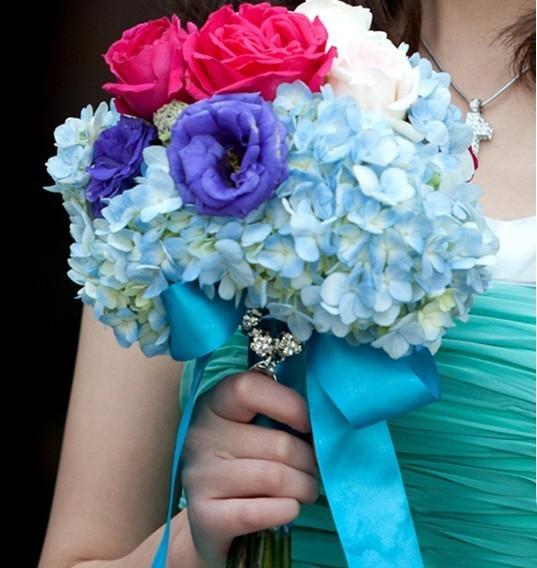 绣球花是在婚礼中最常见的花之一,它的颜色比较丰富,不需过多打理而成圆形的花型,能为婚礼添加淡雅和清新。下面太原河西区婚庆公司,幸福盛典为你介绍更多关于绣球花在婚礼中的使用、搭配知识,一起来看看吧。 我们在婚礼中最常见的,是拿绣球花来做新娘的手捧花,或者装饰餐盘,或者用作婚礼中独立的摆设。
