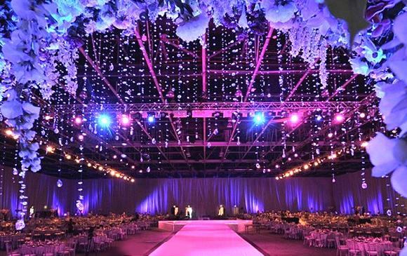 山西最好的婚庆公司-山西幸福盛典婚庆公司婚礼 婚礼现场色彩的选择至关重要,不同的色彩会给人不同的感觉以及视觉,那么婚礼上采用什么样的花艺形式,用什么样的色彩呢?看看山西最好的婚庆策划公司婚礼会场布置花艺用色搭配技巧吧,相信你更能打造出一个难忘的婚礼。 1、与表达的主题相吻合   如果你要举行的是西式婚礼,那么白色就是首选了,纯白色更能体现西式传统婚礼的庄重与神圣。如果是换成中式婚礼,就不能大面积的用白色了,因为中式婚礼突出的是热闹、喜庆。 2、与环境相吻合   婚礼现场装饰更强调的是一个宏观的效果,花艺