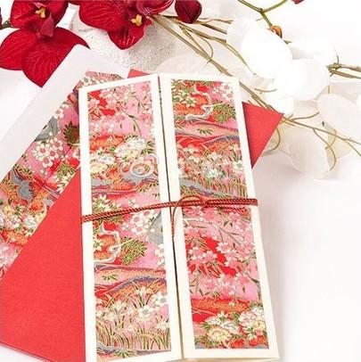 来自洛可可时代的繁复感花纹增加优雅的砝码,最能体现复古风婚礼的