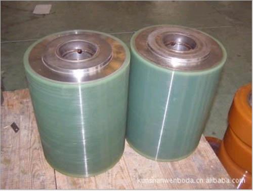 江苏省最优秀的聚氨酯滚筒包胶生产厂家在已加工的粘接面上刷涂混合胶液
