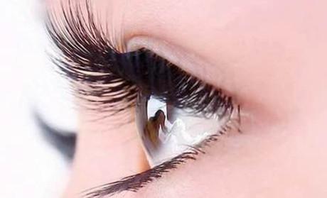 美睫也称嫁接睫毛,是整体形象设计中脱颖而出的新项目,完美的化妆中