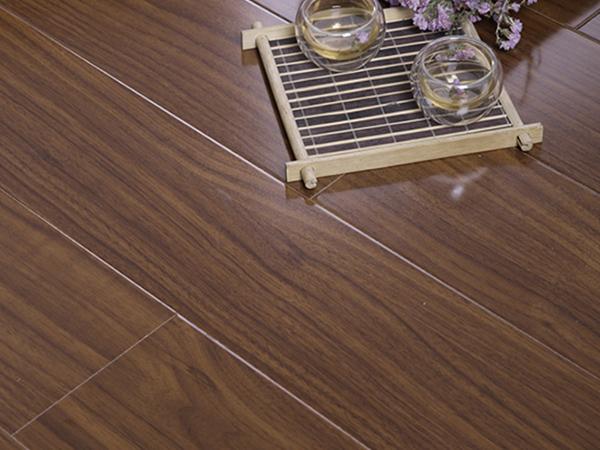 想要铺设木地板,应该选择什么材质的好