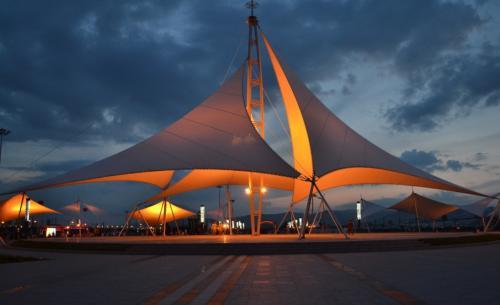 景观膜结构搭建的施工过程之中,其风荷载设计有多重要?