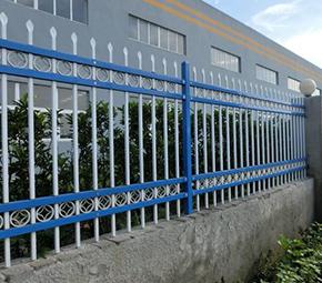 为什么围墙护栏使用锌钢材质的比较好