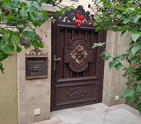 优质铸铝门