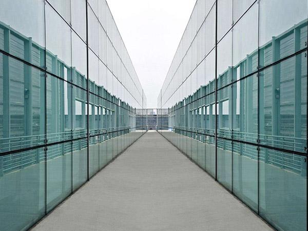 如何分辨钢化玻璃和普通玻璃及钢化玻璃的特性