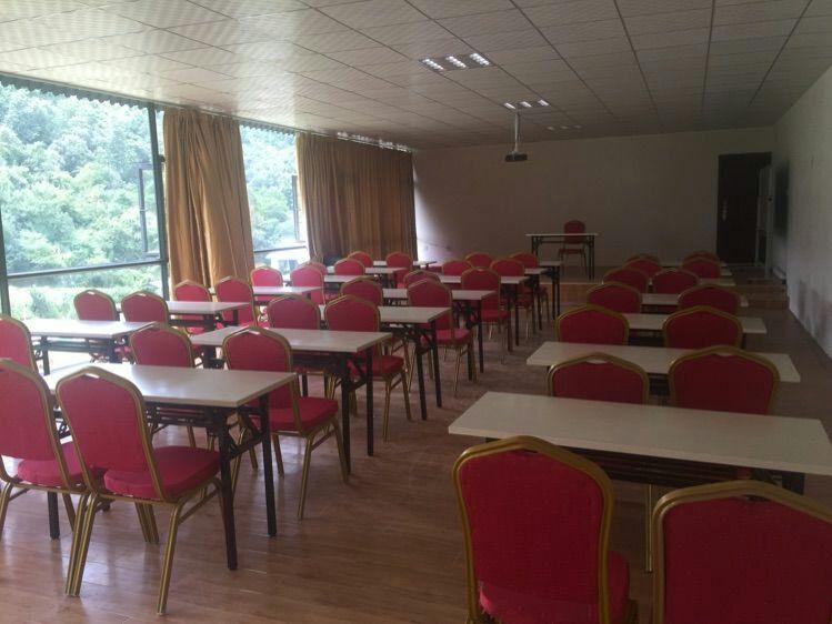 宽敞明亮的会议室