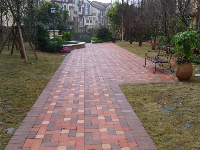 道路人行道铺装排列透水砖的方式