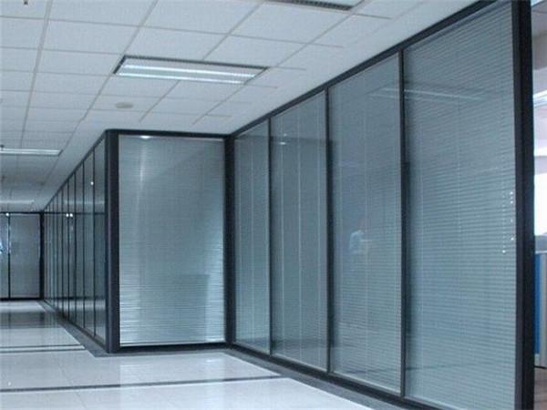 玻璃隔断装点时尚、舒适、健康的办公环境