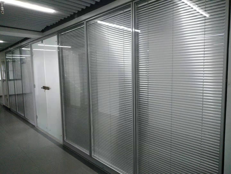 西安玻璃百叶隔断墙安装认准西安大名装饰高隔间