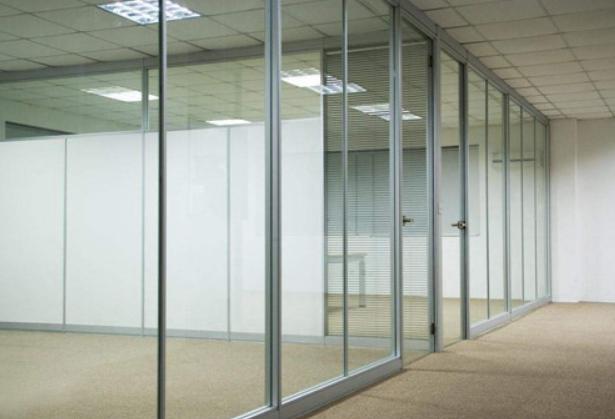玻璃隔断使用贴膜还是喷砂?