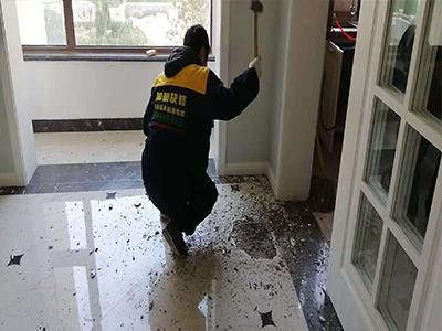 卫生间漏水怎么办?没想到老工人不会弄坏砖,五分钟就解决了问题