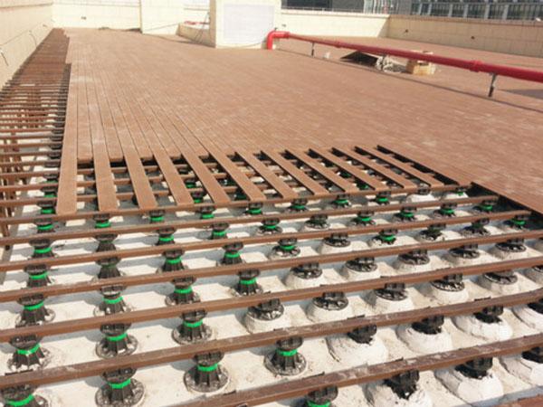 小区屋顶木板铺设