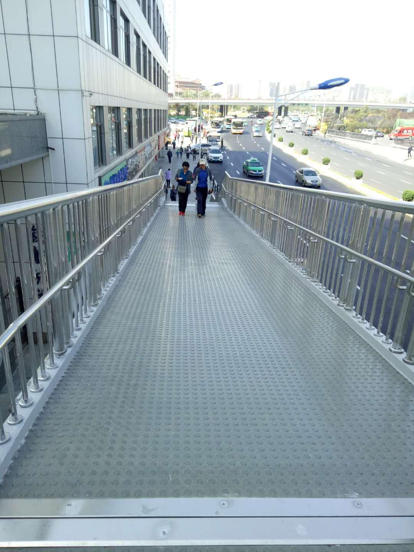 天桥橡胶地板
