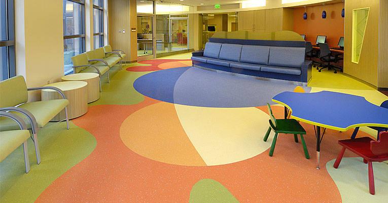 养老院铺橡胶地板卷材会更好