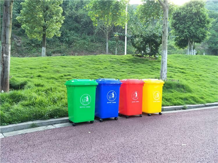 服务区的垃圾分类收集点没有放垃圾桶