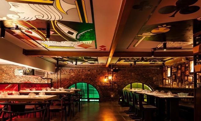 装修风格营造出令人印象深刻的用餐氛围