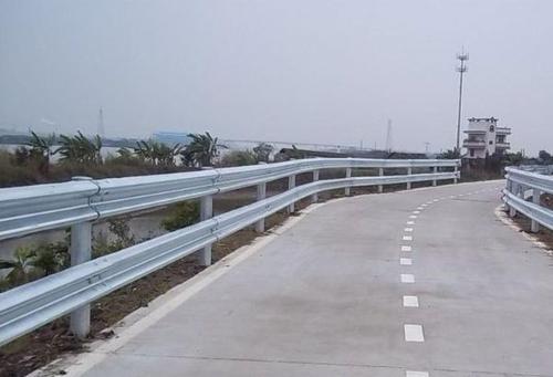 简要概述防撞护栏对于防撞层的材料质量和设置要求