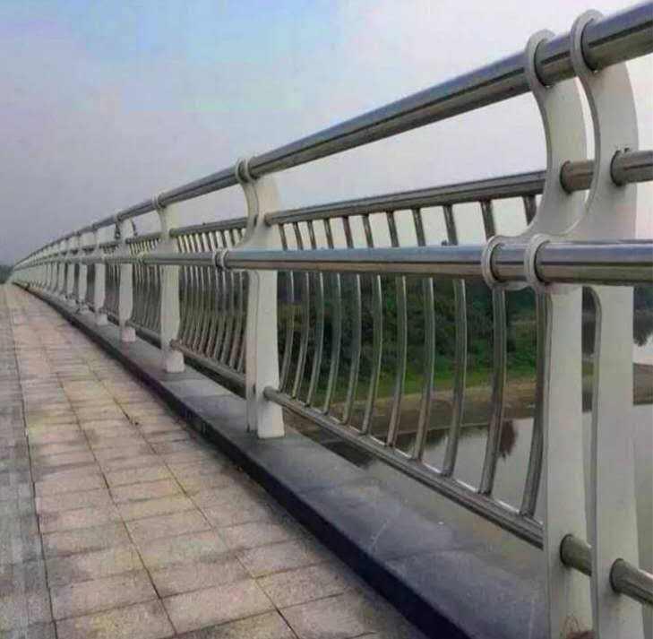 为大家分享桥梁护栏掉角的问题不容小觑