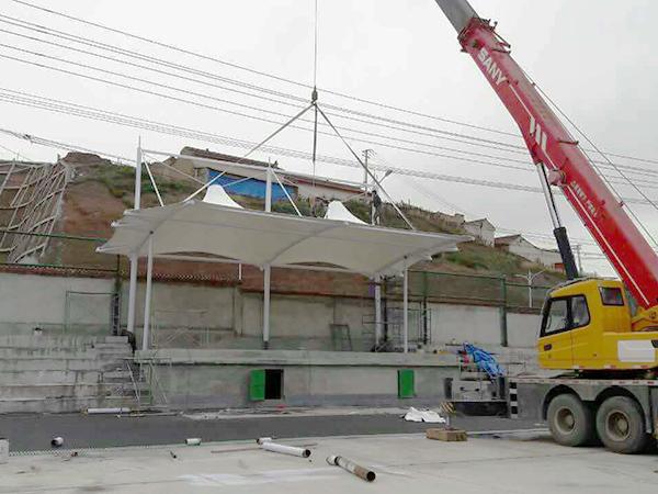 为青海二中主席台提供膜结构看台工程施工