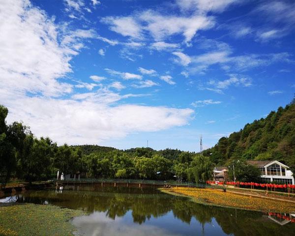 附近山庄让游客看得见山望得见水