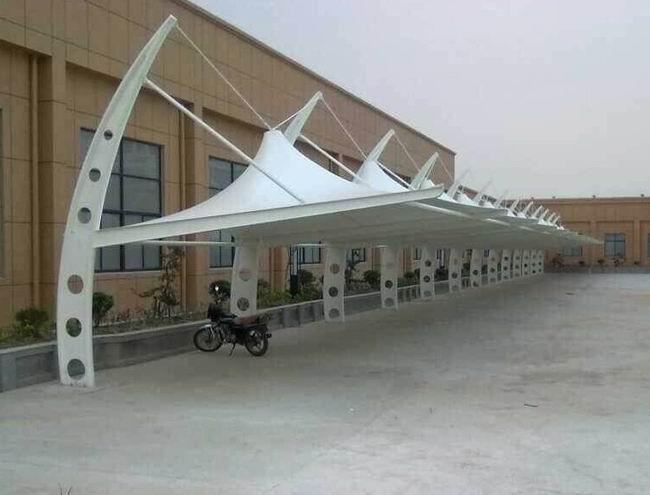 膜结构车棚以膜材接触空气环境
