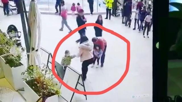男子商场欲强行抱走2岁女童!福州便利店货架为你解答