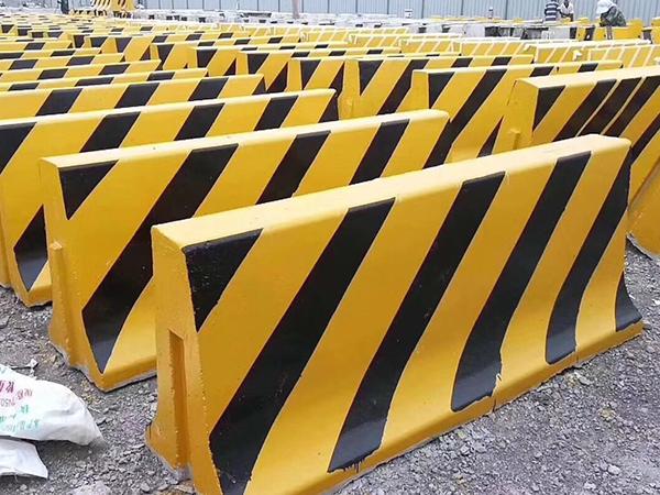 福州铁马护栏厂家告诉你铁马护栏的材质和使用范围