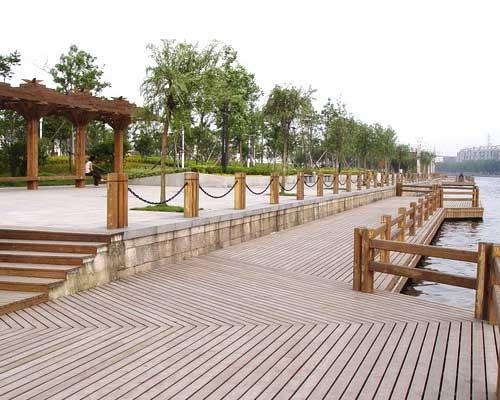 道路两边木栏杆