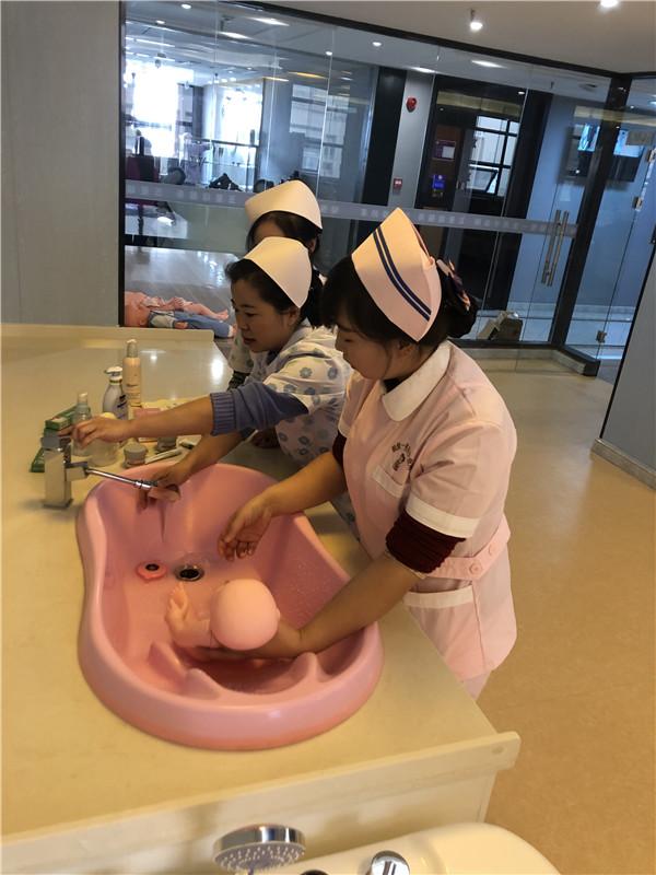 赞!医护团队开展婴儿护理知识技巧实训