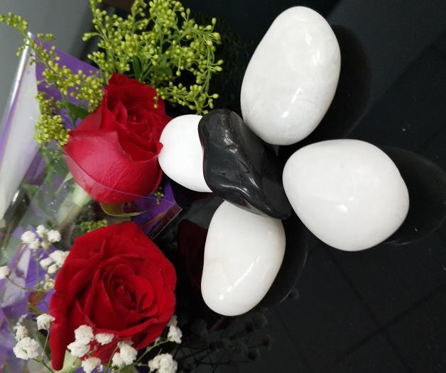 黑色白色雨花石