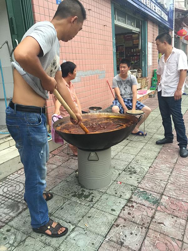 襄阳牛杂面培训学员熬油