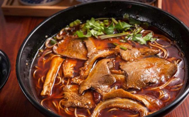 襄阳牛杂面的灵魂是汤汁和卤好的牛杂