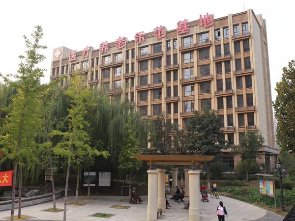 石家庄养老公寓坐落在公园